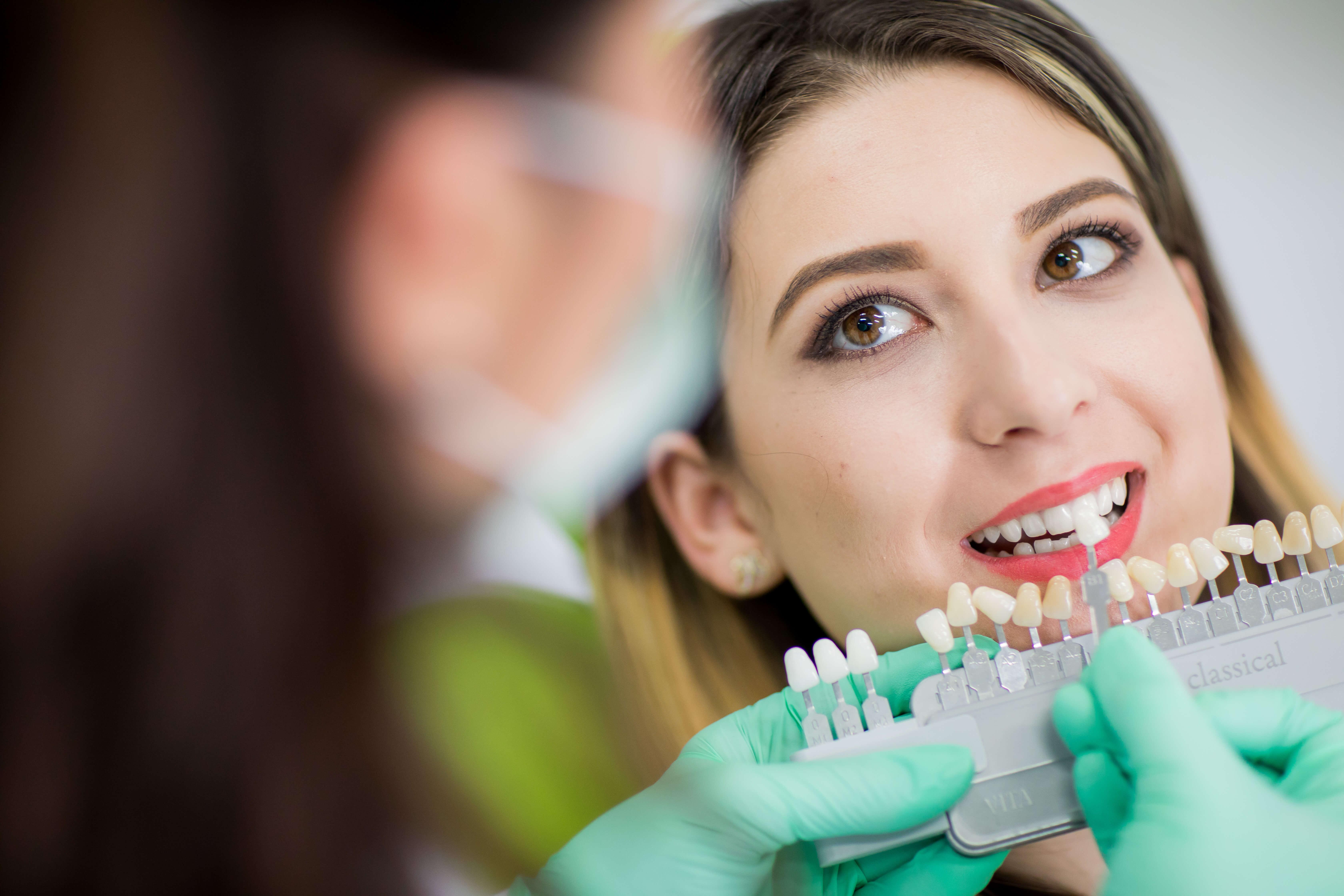 Mit albirea dinților cauzează sensibilitatea acestora
